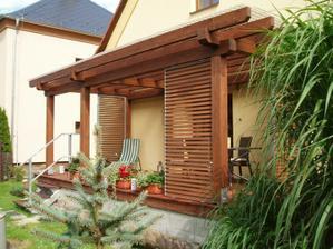 Co takhle dřevěné žaluzie do pergoly na stranu k sousedům, kde je zídka z kb bloku cca 1,5m?