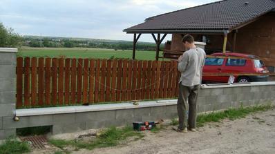 První várka latí na plot