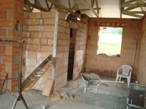 Pohled z obýváku do kuchyně, dveře do špajzky, okno ještě musíme přizdít kvůli lednici