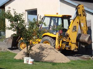A budujeme dál:-) Nový písek do betonu na schody u domečku
