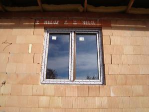 A první okno! Dekor ořech...