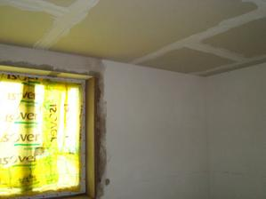 Strop zaklopen, špalety kolem oken hotové
