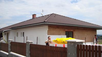 Dnes jsme měli pomocníky:-) Švagr a soused a hned šlo vše rychleji:-)