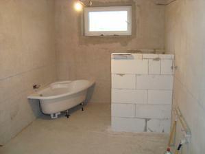 Koupelna, vyzděná zídka před záchodem