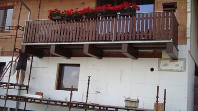 Traverzy pod balkónem dostaly nový kabátek:-) (obložení)