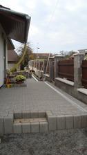 Začali jsme s pokládáním zámkovky před domem