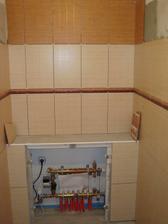 Obklady na samostatném WC, rozvody topení budou zakryté