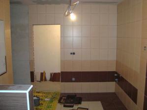 Druhá strana koupelny, ještě zbývá obložit sprcháč