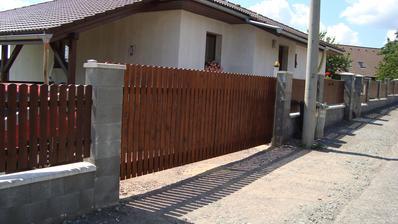 Konečně máme hotovou vjezdovou bránu
