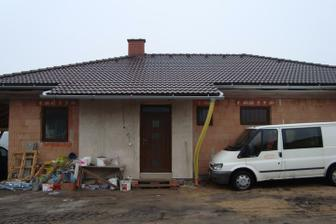 Pohled na domeček zepředu. Zatím pěkný bordýlek:-)