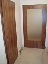 Vlevo dveře na WC, vpravo v zádveří