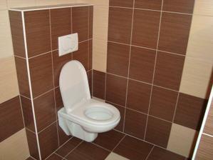 Záchod v kopelně je na svém místě