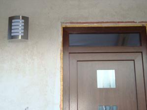 Světlo vedle vchodu
