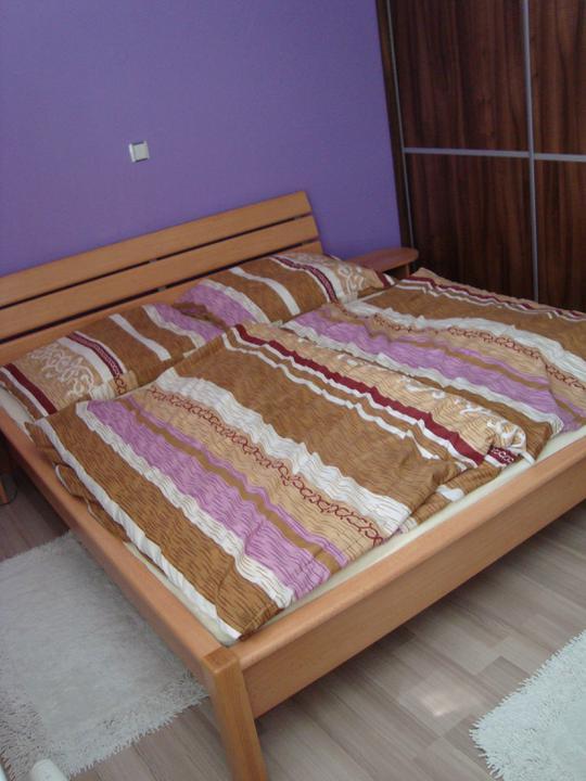 Finále je tu!!! Bydlíme... - Ložnice, postel máme z původního bytečku...