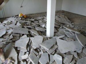 Vybourávání staré podlahy (padly na to 3 malý kontejnery)