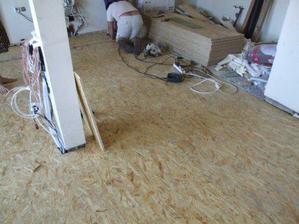 Položené OSB desky a konečně již rovná podlaha