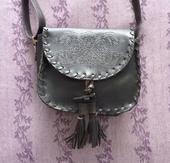 Tmavěhnědá kožená kabelka s ornamentem, S