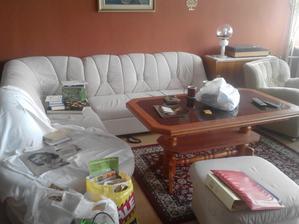 gauč zůstává...jen potřebuje vyčistit