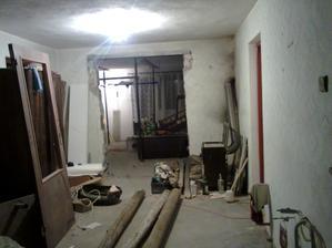 začíname búrať... a vypratávať pôjd... tu raz bude jedáleň a v pozadí obývačka...