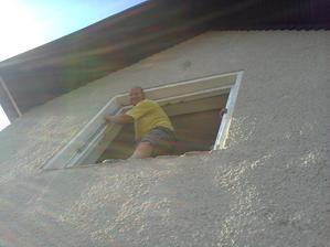 bratranček nám prišiel pomôcť s oknami... samozrejme dbá na svoju bezpečnosť...