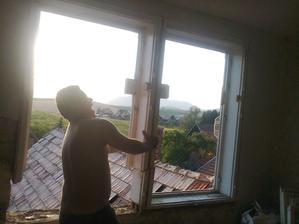 braček sa trápi so starým oknom... no mrcha jedna ak pevne drží...