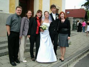 so spolužiakmi pred kostolom