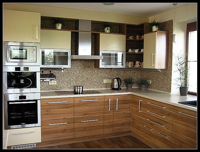 Myslím si... aneb inspirace pro naše bydlení - inspirace - spodní skříňky dřevo, horní smetanové, úchytky