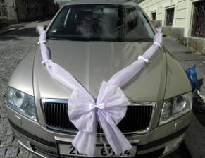 na ženichovo auto.. + bílý cylindr