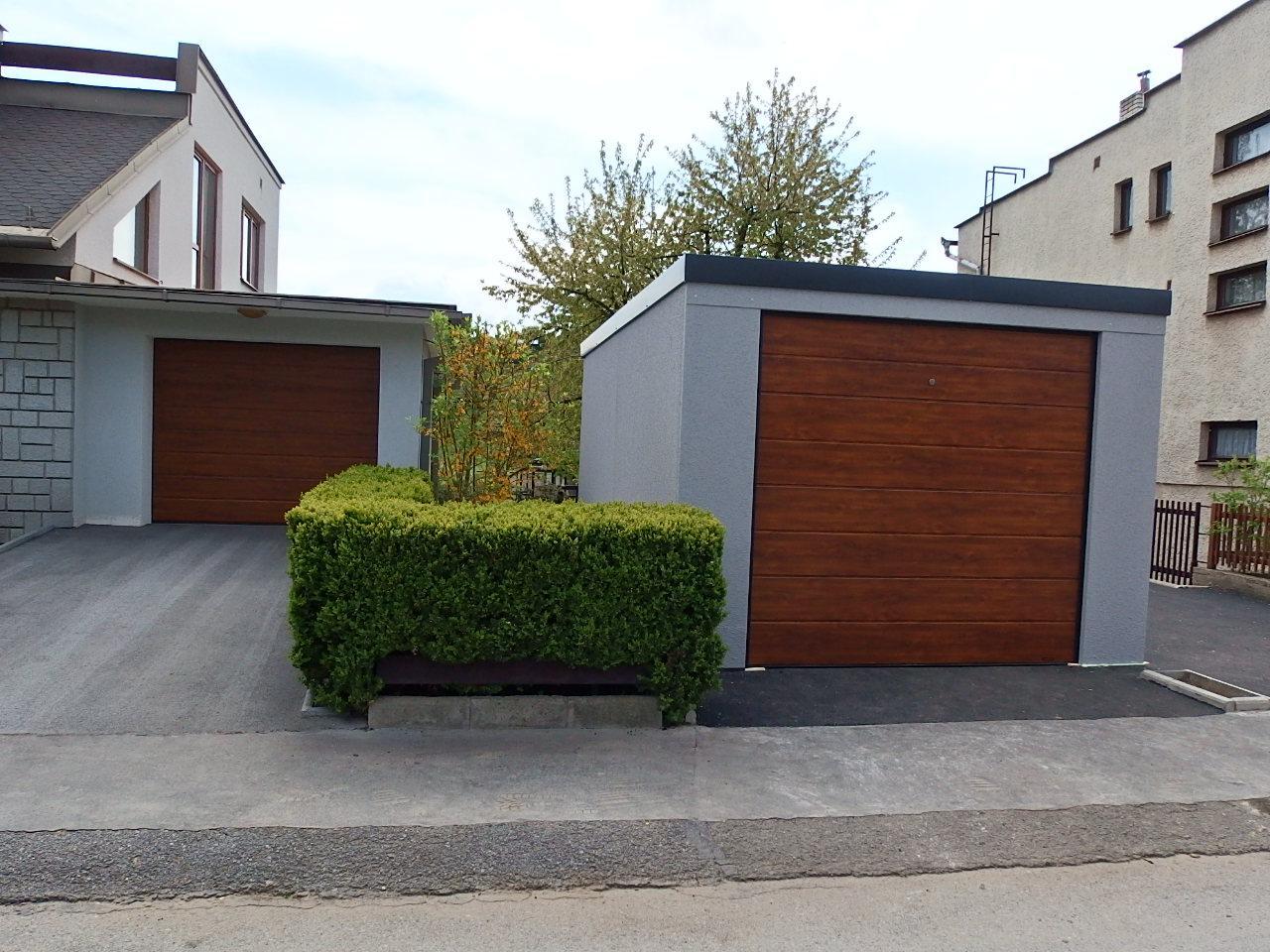 Montované garáže GARDEON - Garáž pre jedno auto so šedou omietkou a hnedou bránou