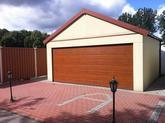 Garáž so sedlovou strechou s pieskovou omietkou a hnedou bránou