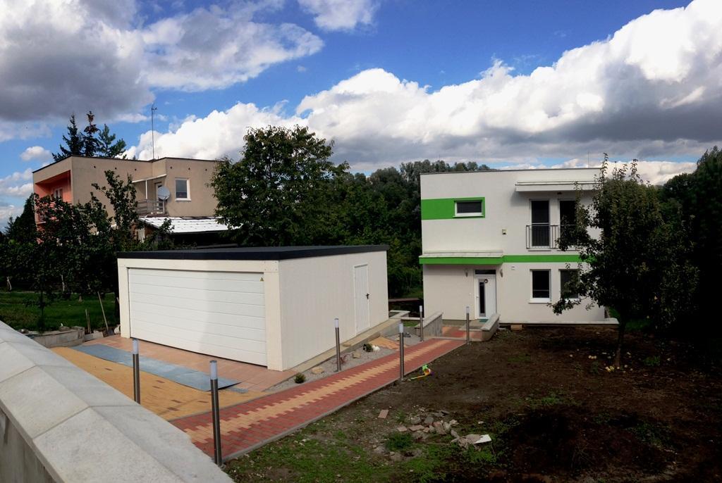Montované garáže GARDEON - Montovaná dvojgaráž s bielou sekcionálnou bránou