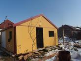 Garáž so sedlovou strechou a žltou omietkou