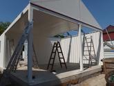 Montáž oceľovej garáže s bielou omietkou