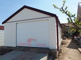 Garáž pre jedno auto s bielou omietkou a červenou strechou