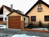 Žltá garáž so sedlovou strechou a hnedou bránou Hormann
