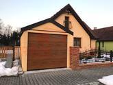 Hnedá garážová brána Hormann na žltej garáži