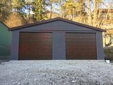 Garáž so sedlovou strechou a hnedými bránami Hormann