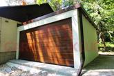 Montovaná moderná garáž pre dve autá s rovnou hnedou strechou