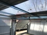 Atypická priehľadná strecha v garáži pre dve autá
