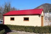 Pohľad z boku na montovanú garáž so sedlovou strechou
