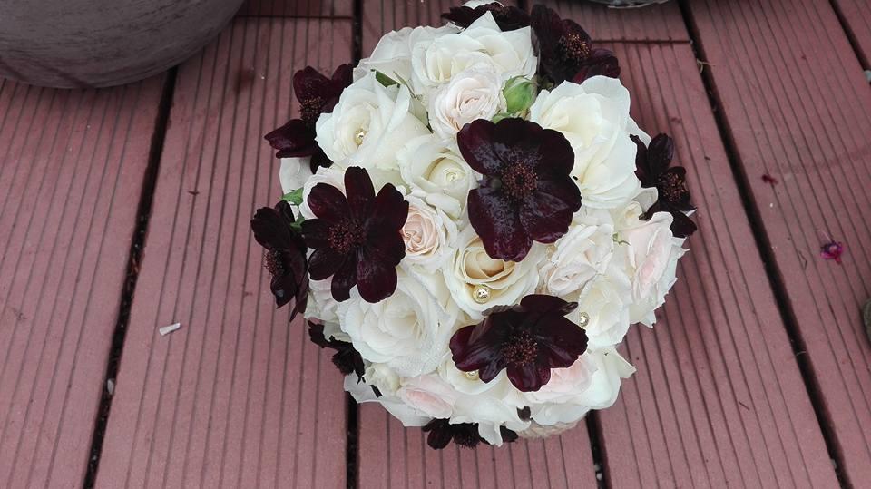 Zuzana{{_AND_}}Kalif - svadobná kytica biele ruže a cosmos čokoládový
