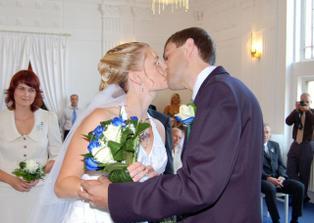 a první novomanželský polibek..