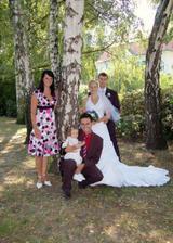 a s bratrem nevěsty a jeho rodinou..