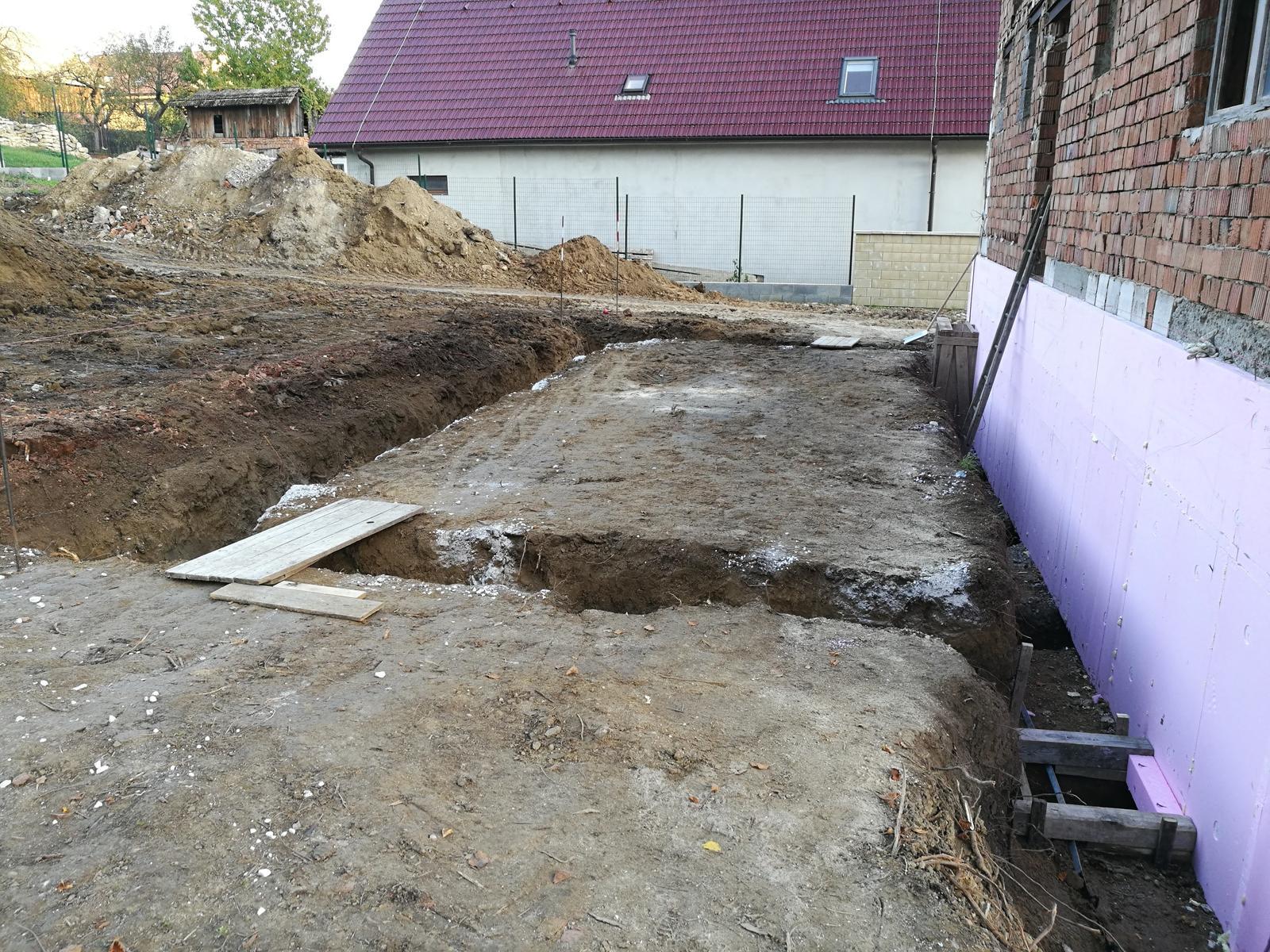 Rekonštrukcia veľmi starej stavby :) - Odkopanie základov a príprava základov na terasu.