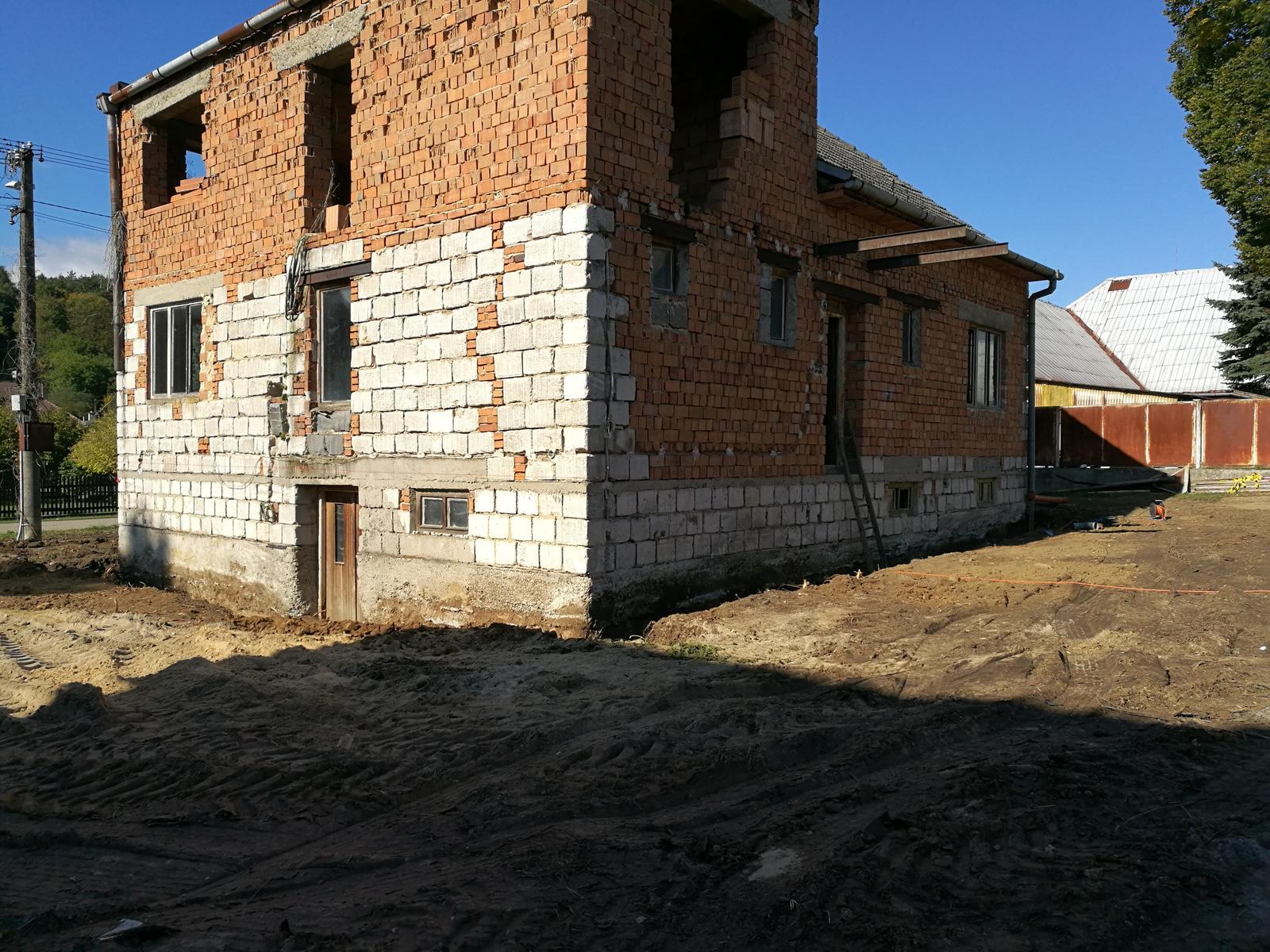 Rekonštrukcia veľmi starej stavby :) - prvotné vyrovnanie, robila nám to firma a skúsený bágrista - spätne najvašia chyba - odstránením pôvodných nerovností a tým, že nám vyspádovali pozemok priamo k domu sme od tohto momentu mali problém s vodou pri dažďoch.