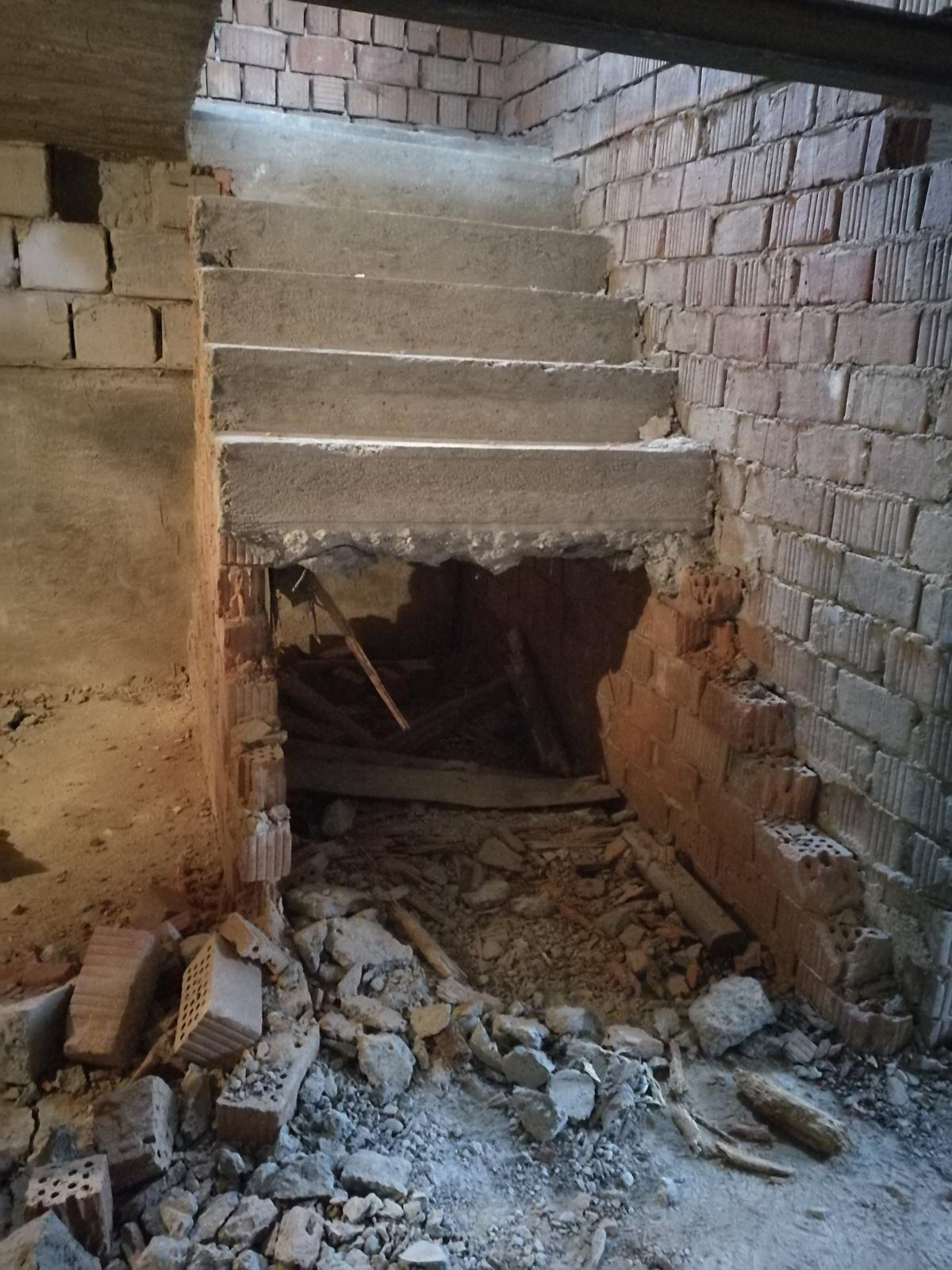 Rekonštrukcia veľmi starej stavby :) - búrame búrame... musím uznať že na zjav stavby na čo sme siahli to bolo postavené a zabetónované naozaj poctivo. Zapotili sme sa..