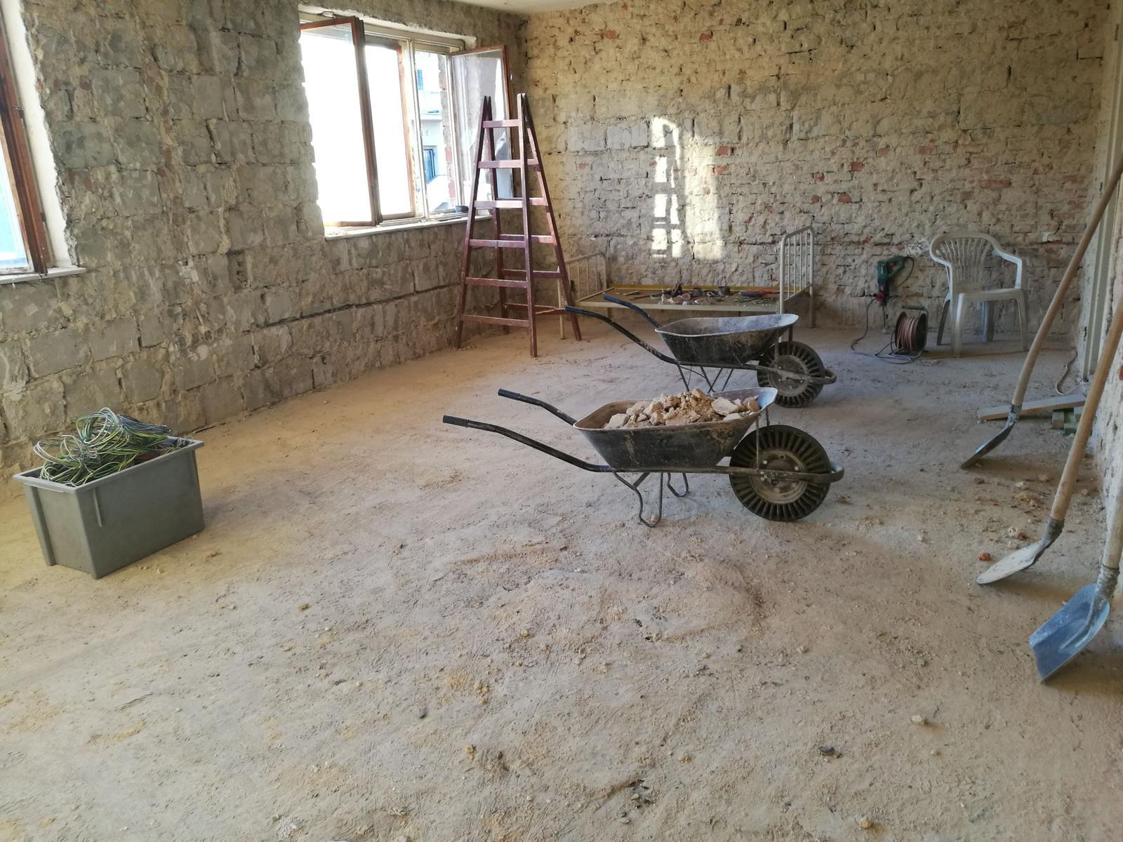 Rekonštrukcia veľmi starej stavby :) - Omietky a steny preč...