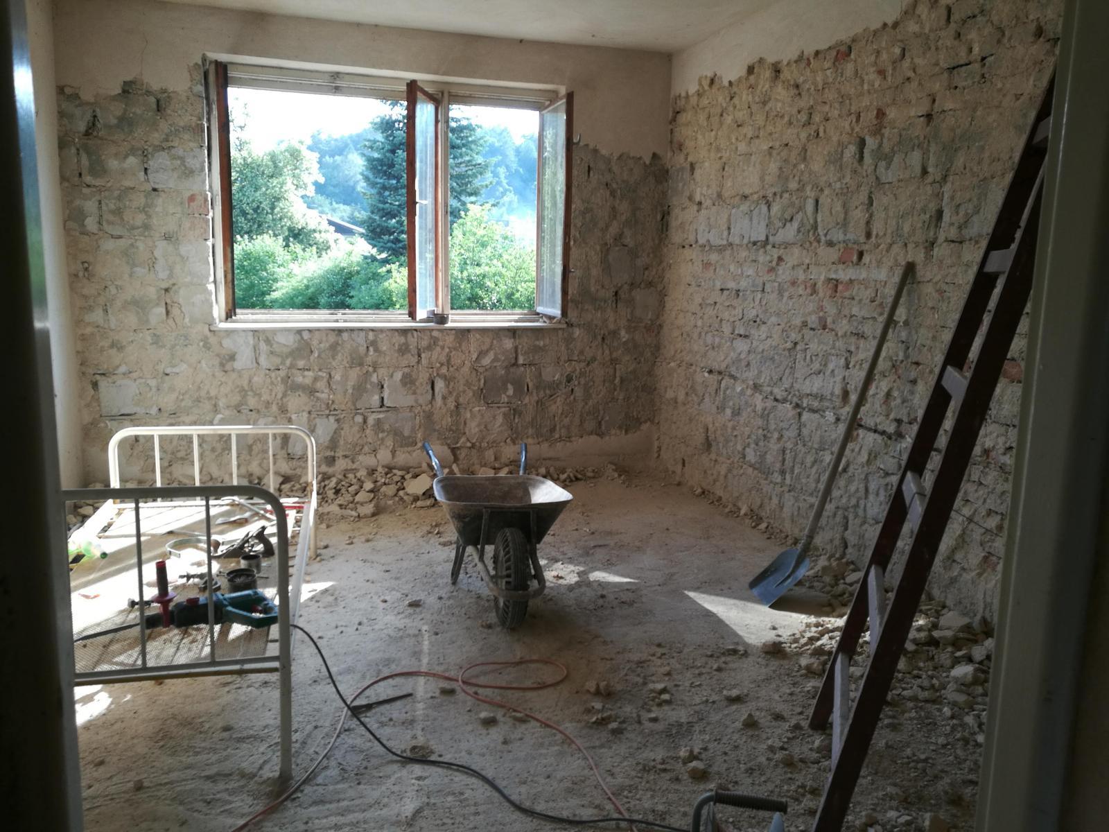 Rekonštrukcia veľmi starej stavby :) - Piplavá práca, ale omietky museli ísť dolu.