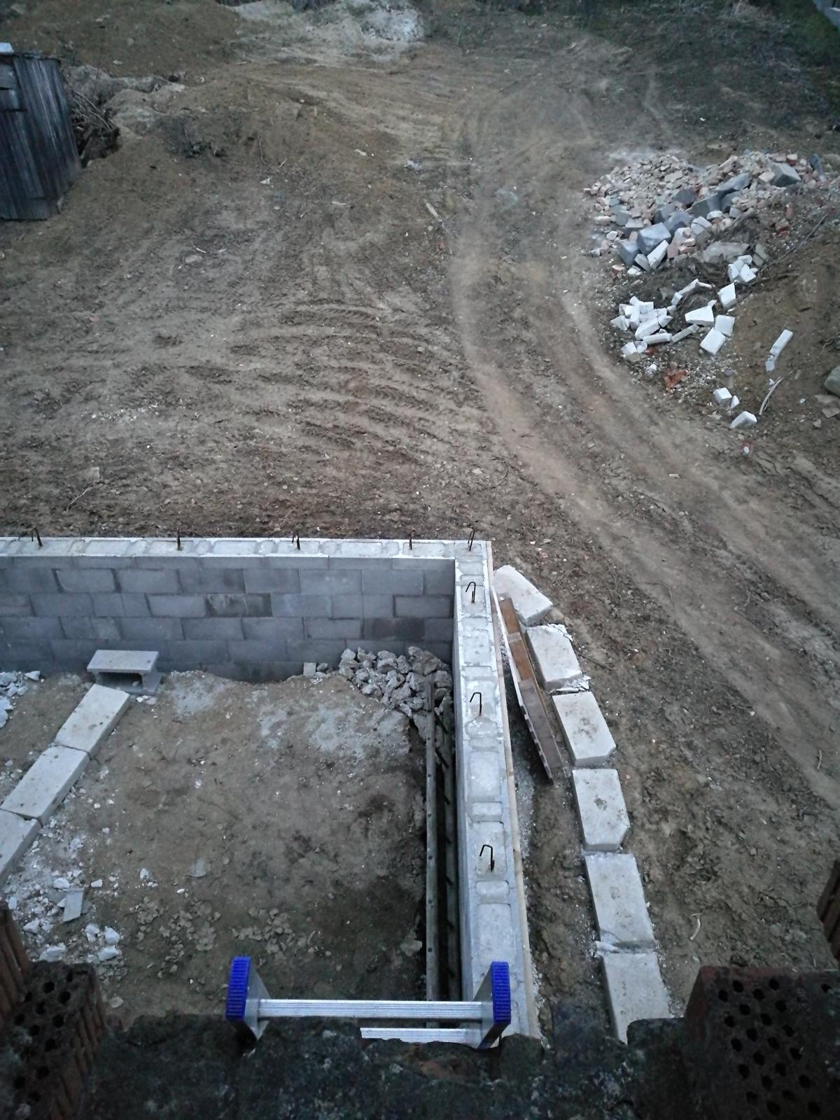Rekonštrukcia veľmi starej stavby :) - Deň pred búraním strechy, pohľad do terasy ktorú ešte neskôr vyhĺbil báger.