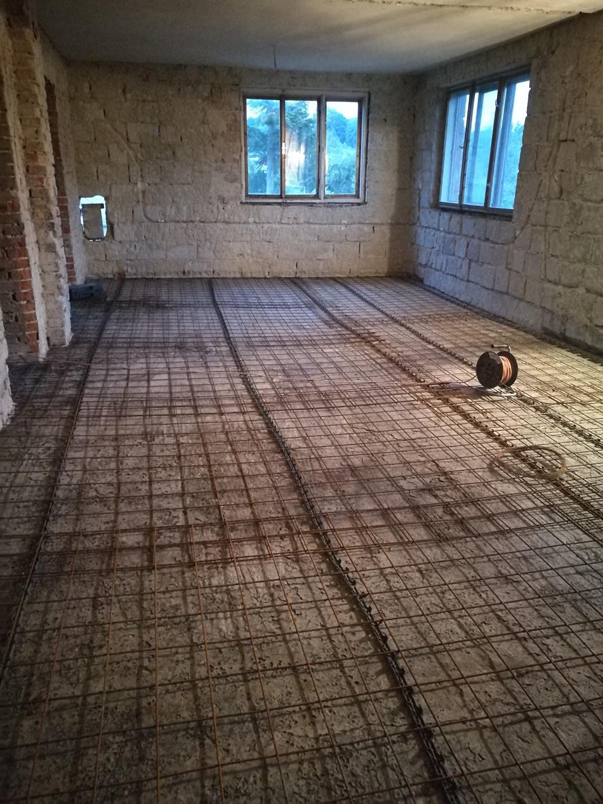 Rekonštrukcia veľmi starej stavby :) - Príprava na vyrovnávaciu vrstvu betónu (výškový rozdiel v podlahe naprieč domu bol 12cm)